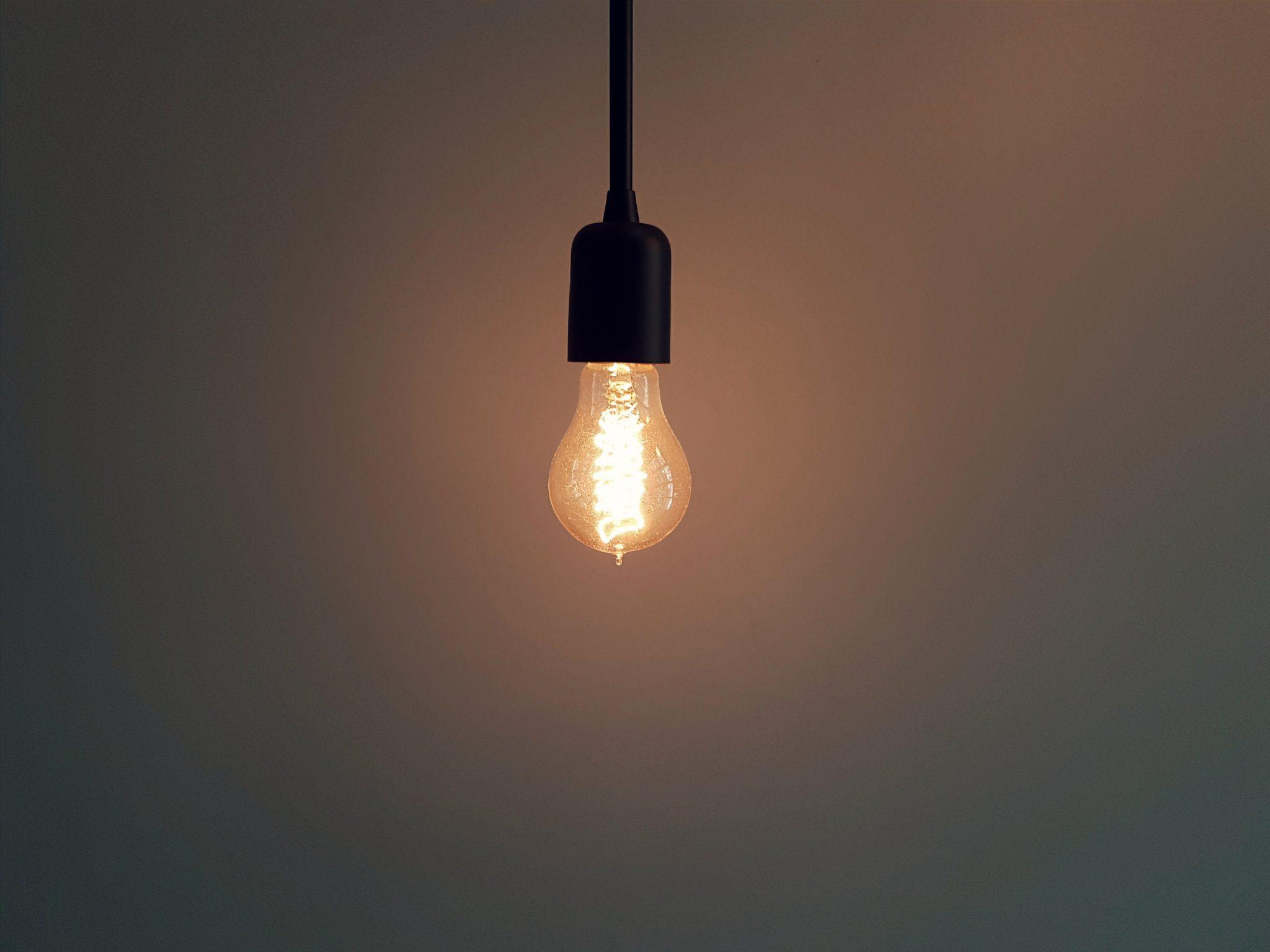 Sobre concreto, lâmpadas e softwares